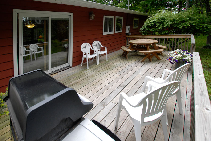 Falun house deck with grill, table and chairs