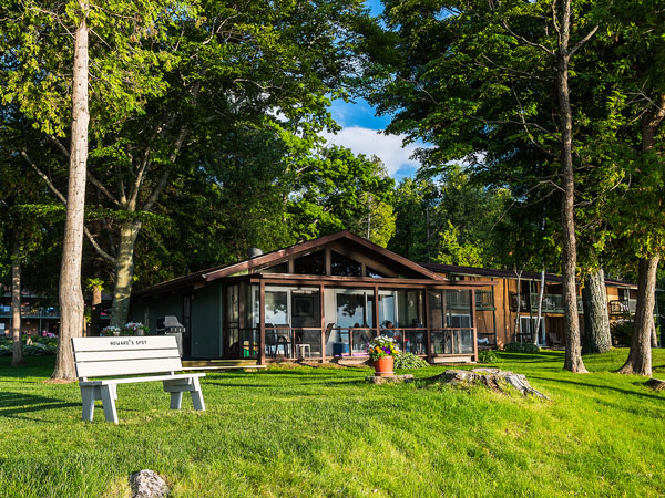 The Shallows Cottage offers quiet seclusion only 50 feet from the shores of Horseshoe Bay